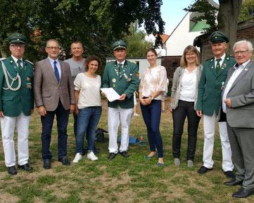 Der Schützenverein, die Bezirksregierung, die LAG 5verBund und der Bürgermeister freuen sich über die Hohe Fördersumme