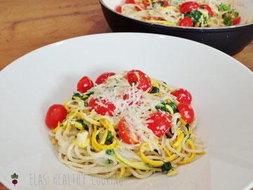 Spinat Spaghetti mit Zucchini, Frischkäse und Kirschtomaten