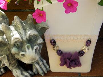 Von Herz und Hand, handgemachte romantische Ketten mit Filz und Glas von Brigitte Helbig in Stegen