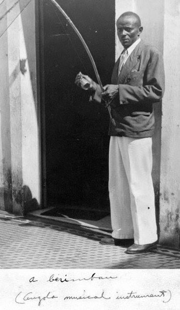 Mestre Bimba tocando berimbau