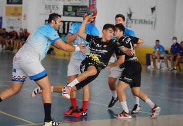 David Quiles lanzando entre la defensa del Sporting  / Foto: Jordi del Puente