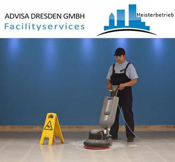 Gebäudereiniger bei einer Grundreinigung in Dresden von einem Treppenhaus Dresden. Logo von ADVISA-Service Reinigungsfirma Dresden GmbH