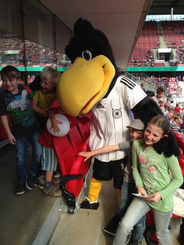 Bambini treffen Paul beim Endspiel des Damen DFB Pokal Wolfsburg-Potsdam