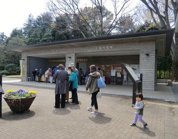 ●入り口を入るとすぐ右手に園内情報を掲示している建物があります