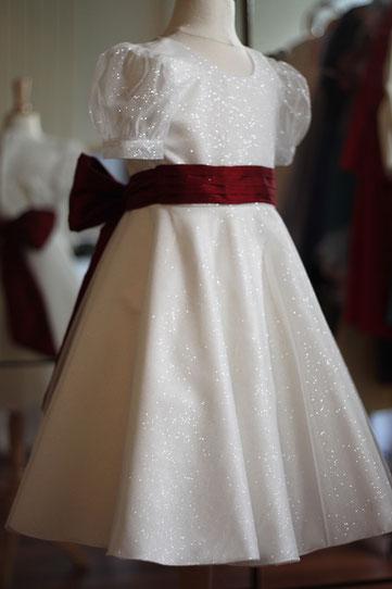 Robe cérémonie fille en satin et tulle pailleté blanc avec ceinture Bordeaux.
