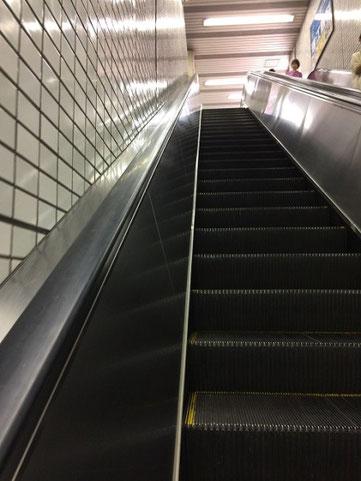 階段もありますが、意外と地上との距離があるので    エスカレーターをおすすめします。