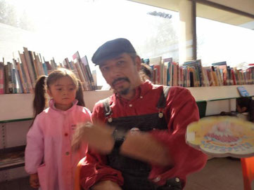 Foto Top de la jornada, la tomó un peque de 5 años. El libro parece volar, pero la recibe el mismo fotógrafo