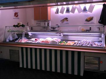 Fischverkaufswagen auf dem Wochenmarkt in Eichendorf