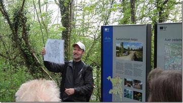 Hans Ruedi Kunz weiss viel über die Dynamik der Flussauen zu erzählen. (Rupperswil, 5. Mai 2013)