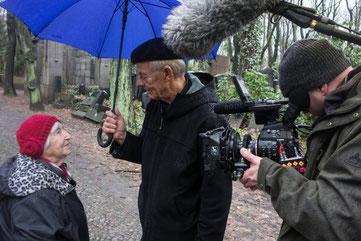 """Esther Bejarano bei den Dreharbeiten für """"Mut zum Leben"""""""