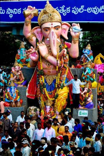 A notre époque, les idoles représentant des divinités vénérées sont encore très répandues (Marie, Fatima, de très nombres saints, les très nombreux dieux de l'hindouisme comme Shiva, Vishnou, Ganesh…., Bouddha). Ganesh le dieu de la chance.