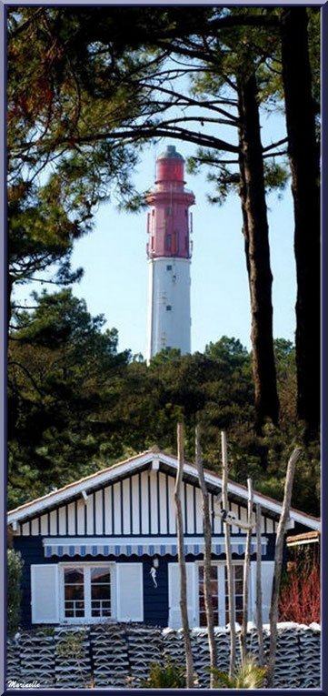 Le phare derrière une maisonnette en bois typique (Cap Ferret)