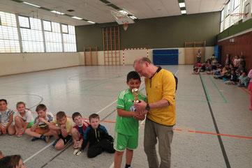 Cheikmous Miri erhielt einen Torschützen-Pokal aus den Händen von Dirk Kinne
