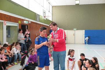 Daxil Saido erhielt von Manfred Wille einen Pokal als beser Torwart der Spielrunde