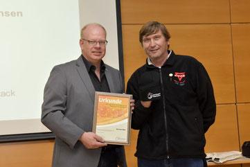 Thomas Dyczack (links) und Manfred Wille mit der Goldenen Ehrennadel der Sportjugend Niedersachsen