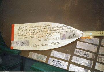 Auf eine Boot wurden die Unterschriften der Politiker, Sportler und Schauspieler befestigt