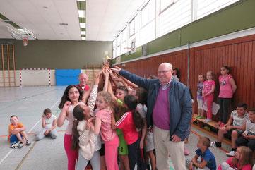 LSB-Präsident Dr. Wolf-Rüdiger Umbach bei der Siegerehrung zur Fußball-Pausenliga an der Bunten Grundschule Wolfsburg (Abteilung Westhagen)