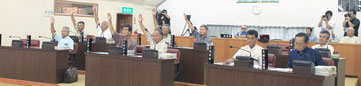 百条委員会の設置を賛成多数で可決した竹富町議会=12日夕、町議場