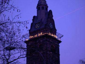 Kirchturm mit Leuchtschrift