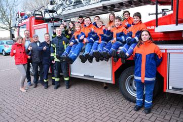 Vorstandsmitglieder Bianca Zöller, Jürgen Bos, Walter Jertz, Jugendwart Michael Klaus (v.li.) mit Mitgliedern der Jugendfeuerwehr Oppenheim. Foto: Feuerwehr Oppenheim