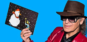 Immer in den letzten Wochen vor Weihnachten greift der Panik-Rocker zur Feder und die beliebten Karten, die mittlerweile von vielen Liebhabern gezielt gesammelt werden, können dann auf vielen Weihnachtsmärkten gekauft werden, wie auch in Worms.