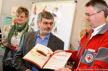 Herr Brutscher wird ausgezeichnet als 125-maliger Blutspender.