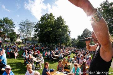 """Die Band """"Skye"""" begeisterte mit einer guten Mischung aus Balladen, Trinkliedern und vielem mehr rund 500 Zuhörer."""