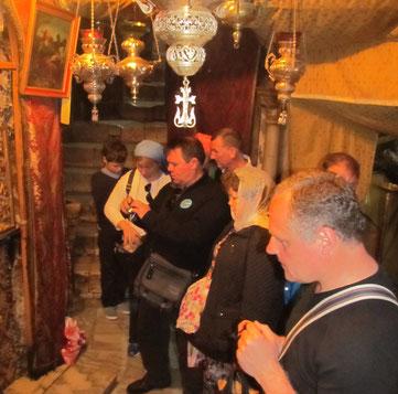 Паломники в Рождественском вертепе (пещере)