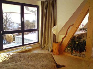 Schlafen mit Aussicht - die sichtbare Holzkonstruktion ist als Raumteiler geeignet