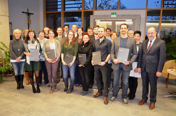 Die Absolventen mit Landrat Willibald Gailler und einigen Dozenten. (Bildautor Uz.)