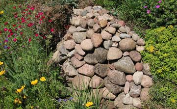 Steinhäufen bereichern jeden Naturgarten, Foto: Eric Neuling