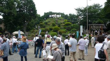 山頂より地域に向って、参加者とともに祝詞を奏上