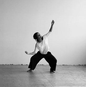 Workshops Tanzimprovisation in Bern, Sarah Urscheler, Beine, Becken und Erdung