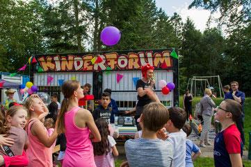 Anke Pöschke (links, mit Mikrofon), Leiterin des Kinderforums, begrüßt bei der Jubiläumsfeier 200 Gäste. Foto: Melanie Biesenbach