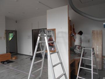解体工事中です。床は既存利用のため完璧に養生しています。