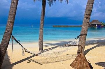 Maledivenurlaub relaxen Hängematte Strand Traumurlaub buchen Angebote