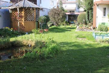 westlicher Garten mit Teich und Pavillon