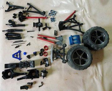 Einzelteile eines RC-Autos