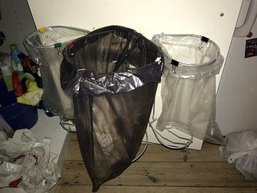 affaldsstativer/ affaldsstativ til affald sortering i et køkken.
