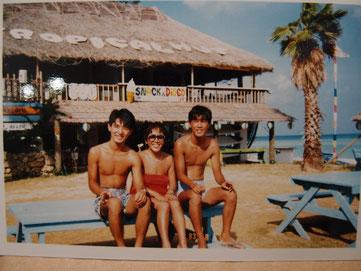 写真出しても大丈夫かな~。真ん中が坂本スミ子さん。右は一緒に行った友人のむーちゃん。左は若き日のボクです。^^;