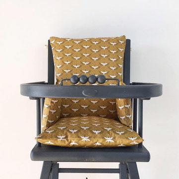 coussin de chaise haute universel de couleur camel présenté sur chaise haute Combelle