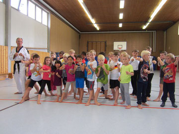 Trainer Peter Johanns (links) mit den Kindern der Lambertischule in Dolberg