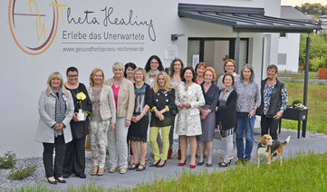 Vereinsvorsitzende Roswitha Prasser (von links) und Ulrike Reichmeier freuten sich über das große Interesse der Unternehmerinnen an der Betriebsbesichtigung der neuen Gesundheitspraxis.