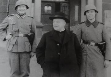 Pfarrer Hülsmann mit Soldaten