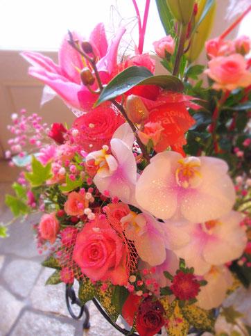 ほんのりピンクの胡蝶蘭が全体を優しい雰囲気に...