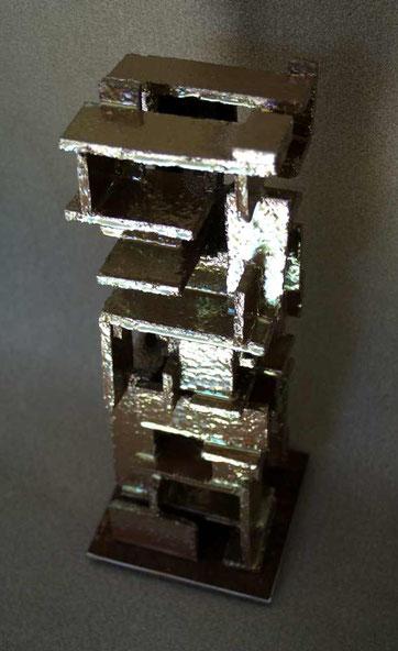 Terre cuite, socle acier - Hauteur : 38cm - Largeur : 12cm (16cm avec le socle) - Profondeur : 12cm (16cm avec le socle) - Disponible à la vente