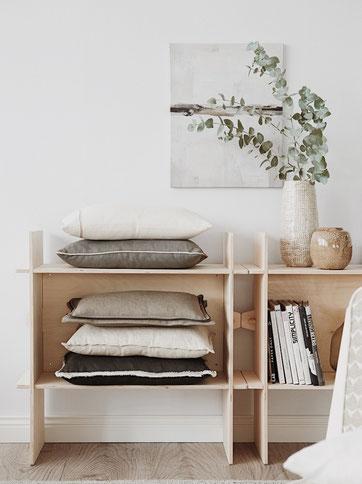 Holzregale Ikea mit Kissen und Deko. Skandi Style