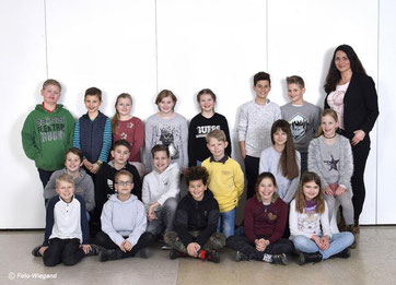 Die Klasse 4a mit ihrer Klassenlehrerin Frau Schreiber.