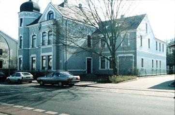 Am Großen Platz in Bremervörde wurde 1998 in einer Privatwohnung eine erste Dauerausstellung zur Geschichte des Stalag X B und das Büro des Gedenkstättenvereins eingerichtet. Foto: unbekannt, nicht datiert.