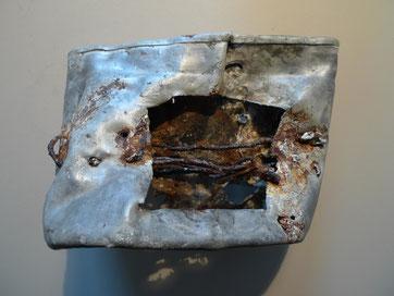 """Essnapf (""""Henkelmann"""") eines Kriegsgefangenen, der zu einem provisorischen Ofen umgebaut wurde. Gedenkstätte Lager Sandbostel"""